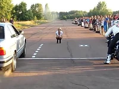 摩托车与汽车对飚 骚年起步太猛笑尿观众