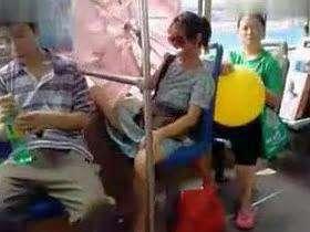 公车上短裙美女叉开双腿无视众人