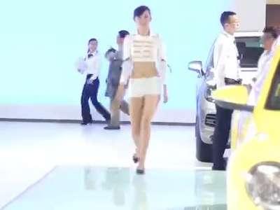 青岛博士整形人造美女小雪富婆惊艳亮相国际车展