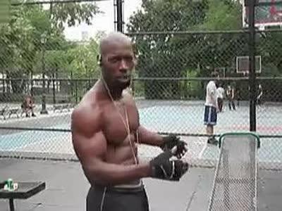 健身牛人惊人的腹部锻炼